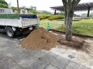 写真:真砂土搬入